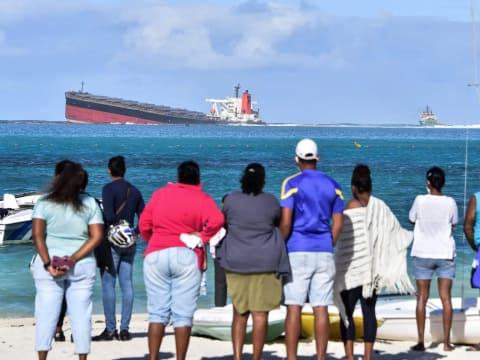 A helyiek szeme láttára törik ketté egy tankhajó Mauritiusnál | ClimeNews