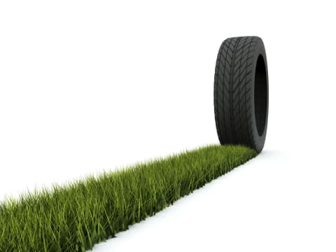 Sivatagi cserjéből készített gumiabroncsot a Bridgestone - Tire with track from grass isolated on white