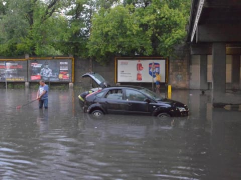 Autó áll a vízben a Podmaniczky utca és a Dózsa György út sarkán Forrás: Origo - ClimeNews - Hírportál