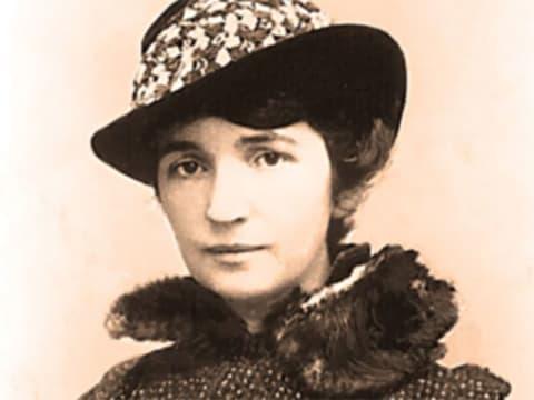 Margaret Higgins Sanger Slee (1879. szept. 14. – 1966. szept. 6.) megnyitotta az első családtervezés klinikát