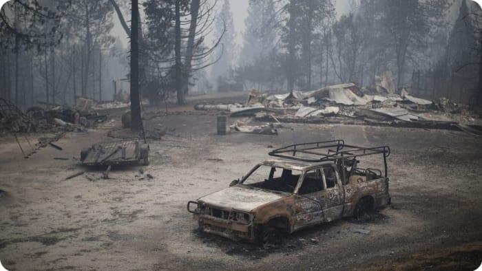 Egy ház és egy autó maradványai Kaliforniában egy 2015-ös erdőtűz után - fotó: David McNew / Getty Images | Climenews - Hírportál