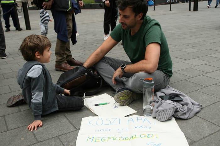 """""""Köszi Apa, hogy itt vagy és megpróbálod. - Fiad"""" - fotó a május 24-ei budapesti második globális klímatüntetésről, Kossuth tér. (Fotó: L. A.)"""