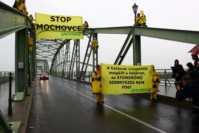 Esztergom_Greenpeace_2009 | Illegális a Mohi atomerőmű építése | ClimeNews - Hírportál