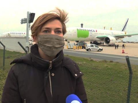 Greenpeace-aktivisták zöldre festenek egy Boeing 777-est