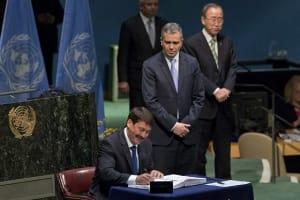 New York, 2016. április 22. Áder János köztársasági elnök aláírja a párizsi klímaegyezményt az ENSZ New York-i székházában 2016. április 22-én. A történelmi jelentõségûként értékelt éghajlatvédelmi megállapodás központi célkitûzése a globális átlaghõmérséklet emelkedésének jóval két Celsius-fok alatt tartása és az üvegházhatást okozó gázok kibocsátásának csökkentése. (MTI/AP/Mary Altaffer)