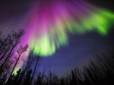 Ez a színes sarki fényt ábrázoló kép az alaszkai Delta Junctionben készült 2015. április 10-én. Minden sarki fényt energikus elektronok hoznak létre, amelyek a Föld mágneses buborékából záporoznak lefelé, és a felső légkörben lévő részecskékkel kölcsönhatásba lépve izzó fényeket hoznak létre, amelyek az égbolton húzódnak végig. Forrás: A képet Sebastian Saarloos szíves hozzájárulásával készítették.