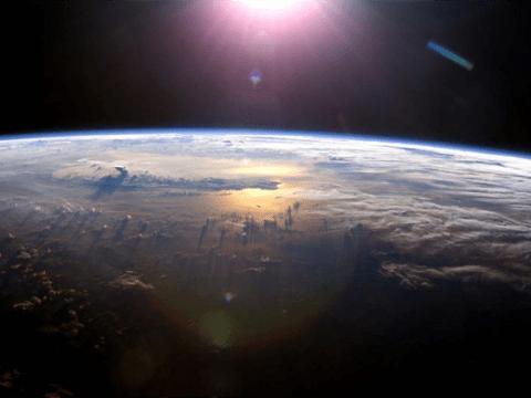 A Föld - NASA - háttérben a kék kontúr a légkör, mely alatt az élet lakozik. Látható mennyire vékony sérülékeny, mint az almán a héj olyan vékony...
