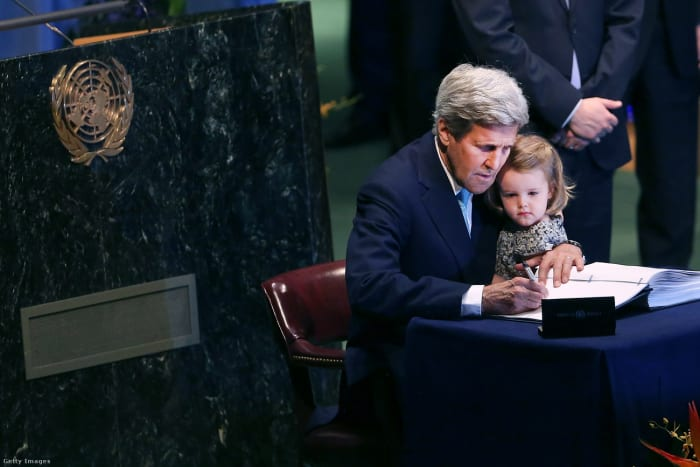 John Kerry korábbi amerikai külügyminiszter unokájával az ölében írja alá a párizsi klímaegyezményt 2016-ban Fotó: Spencer Platt / Getty Images Hungary   Climenews - Hírportál