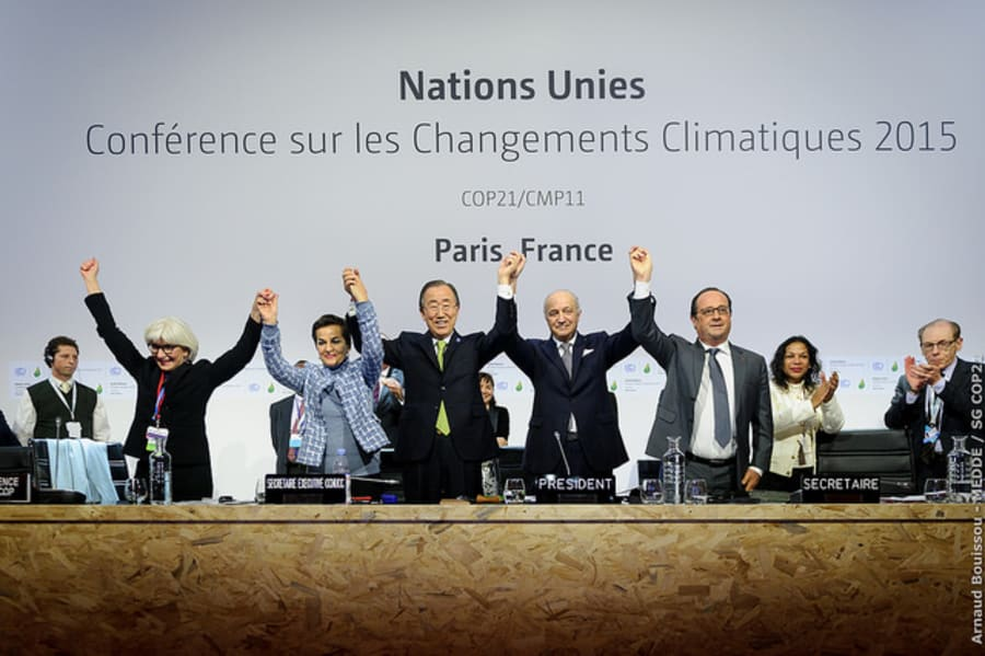 A világ vezetői a párizsi megállapodás elfogadásának öröm pillanatában (Forrás: UNFCCC)