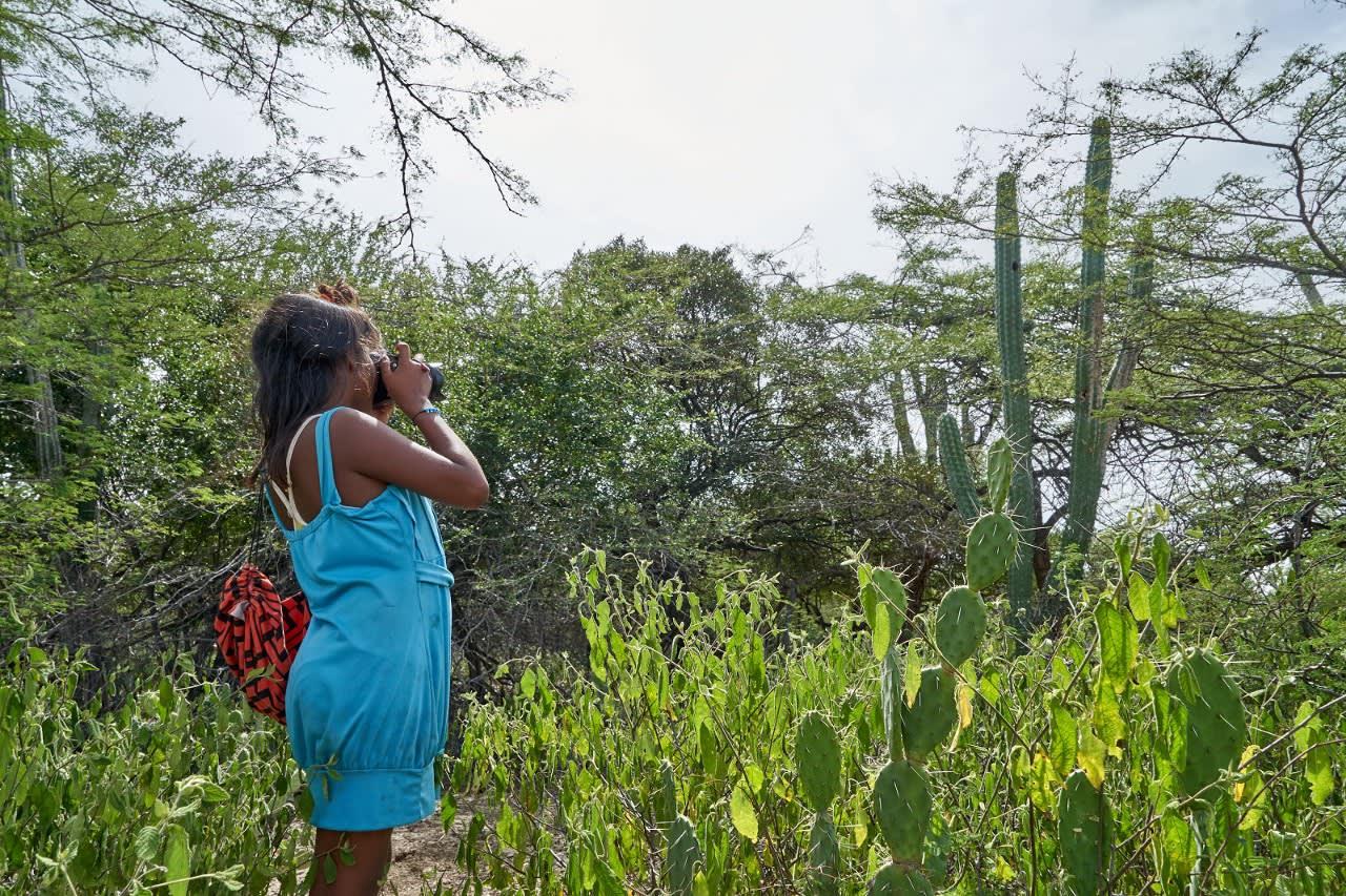 Karla fotografiando vegetación