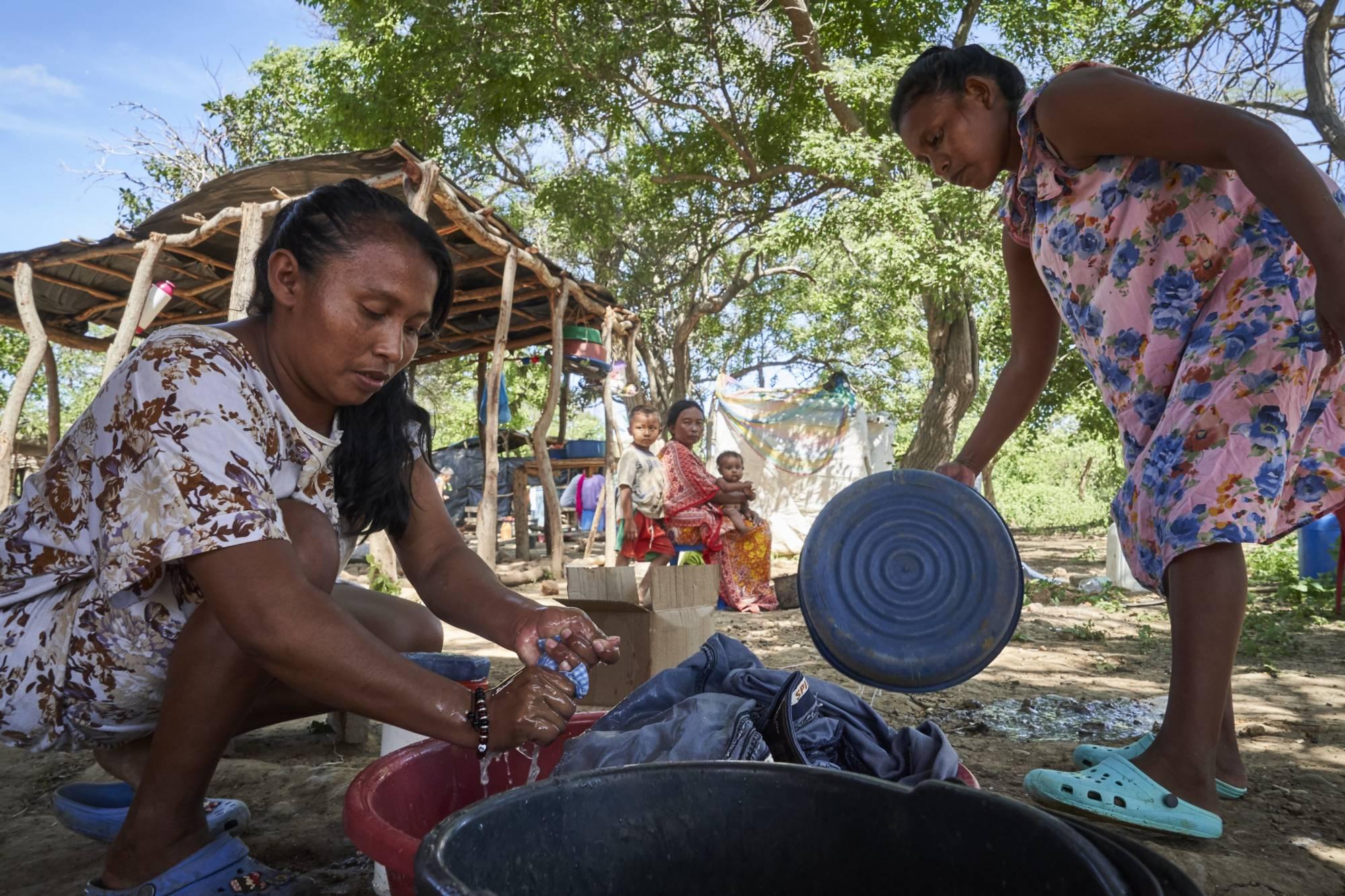 Mujeres lavando ropa