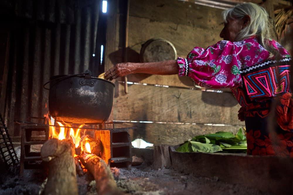 Abuela cocinando en fogón