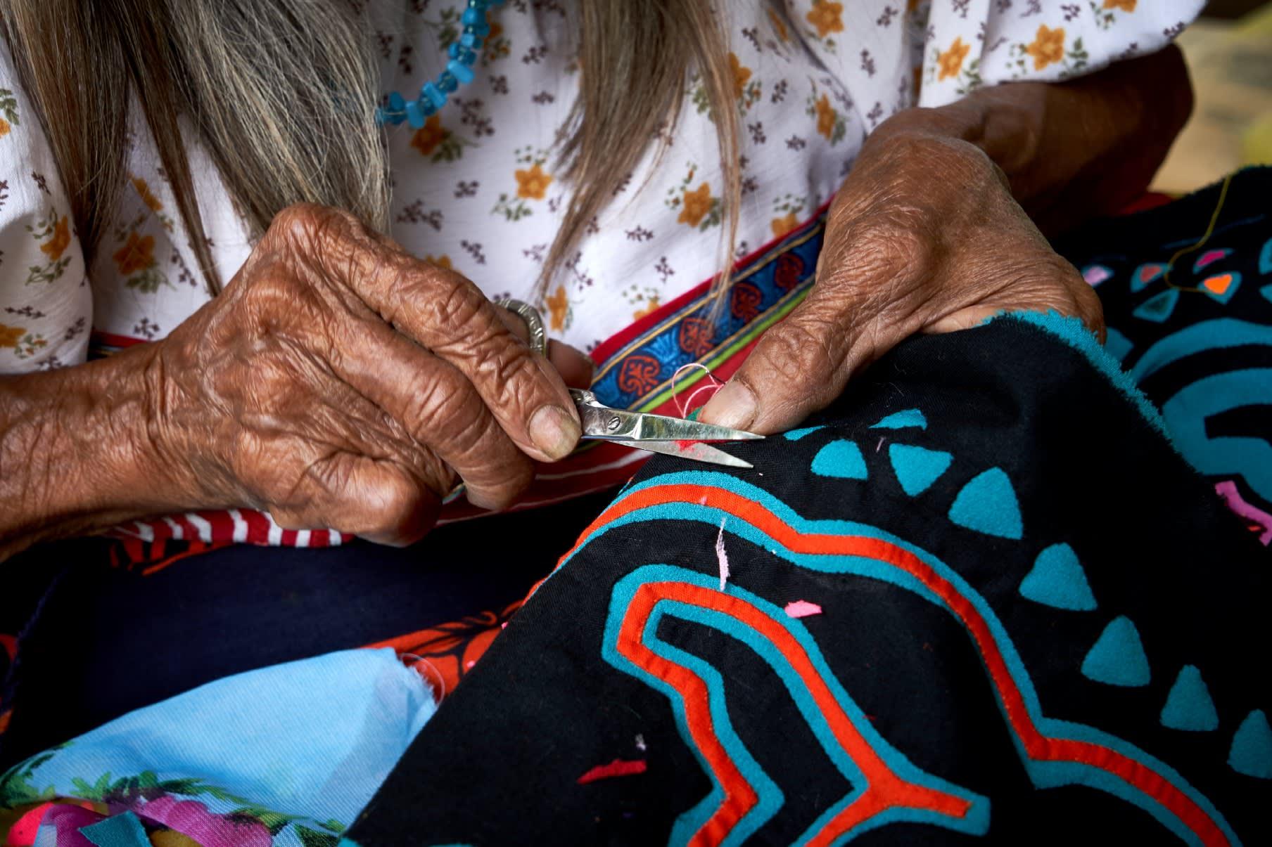 Miguelina tejiendo