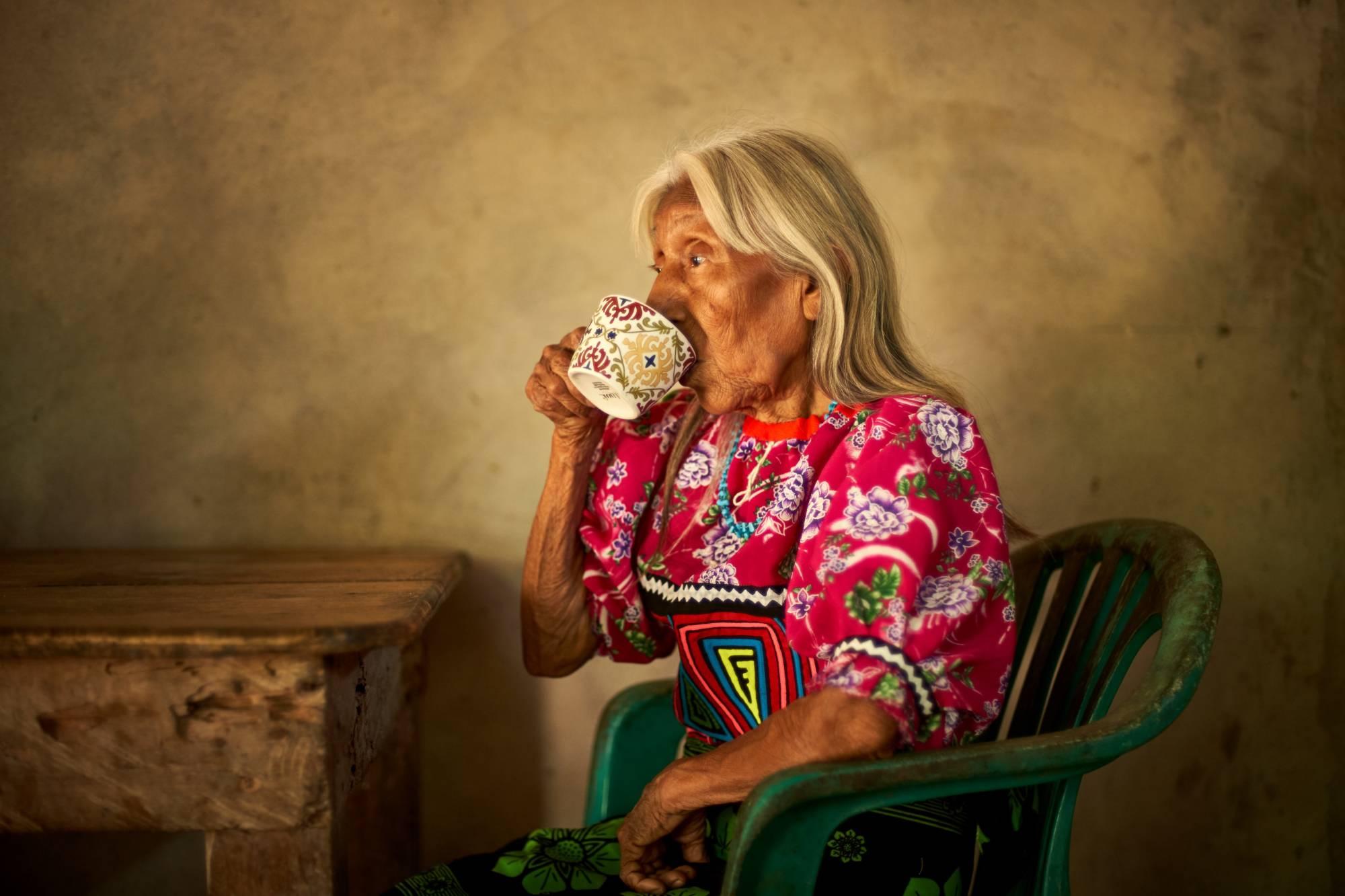 Abuela tomando café