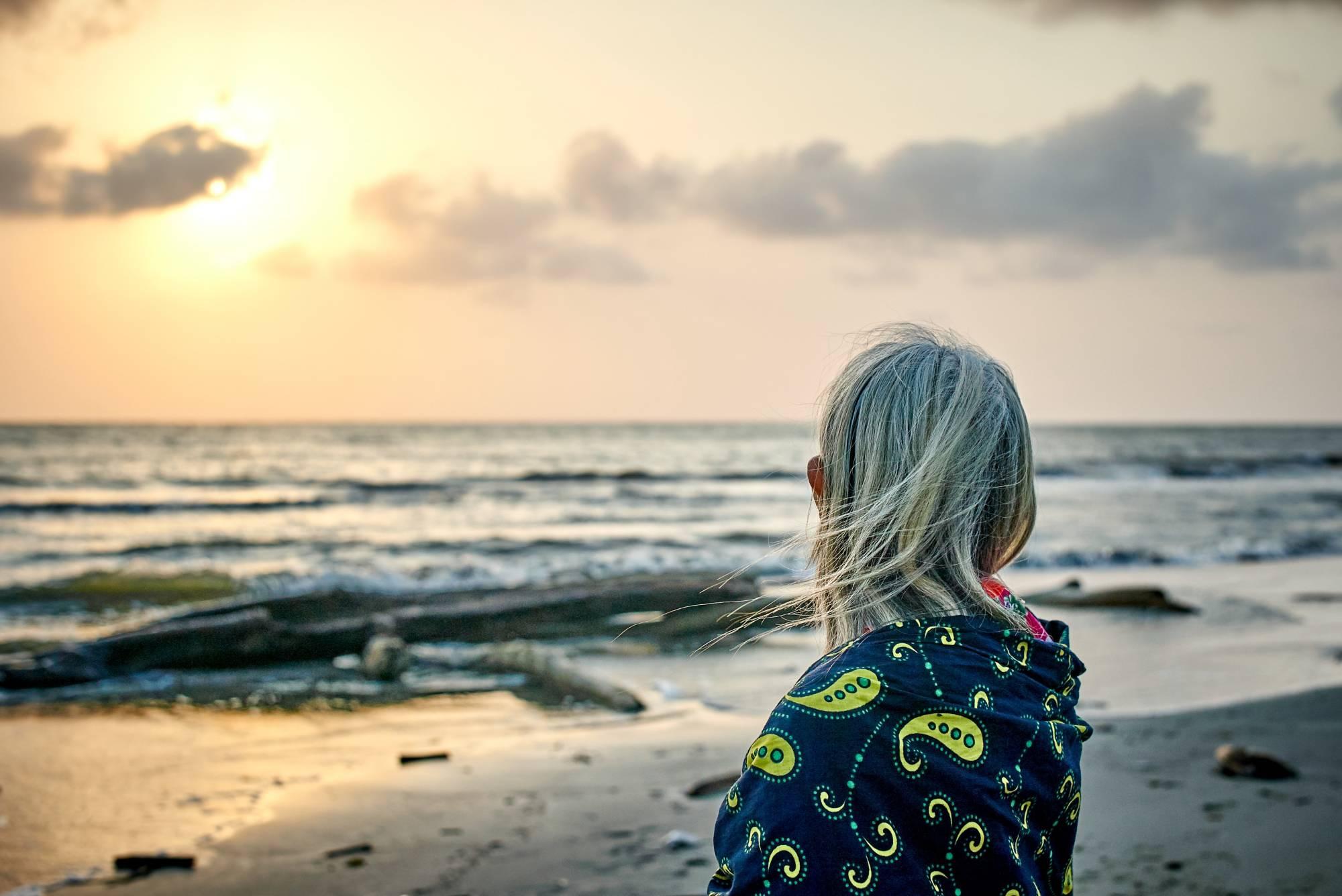 Abuela mirando la mar