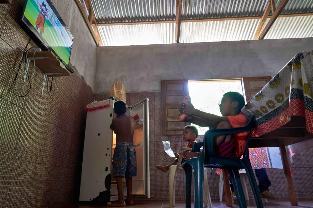 Nietos de Lourdes viendo TV