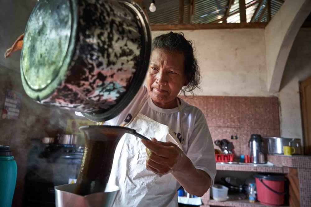 Lourdes preparando café