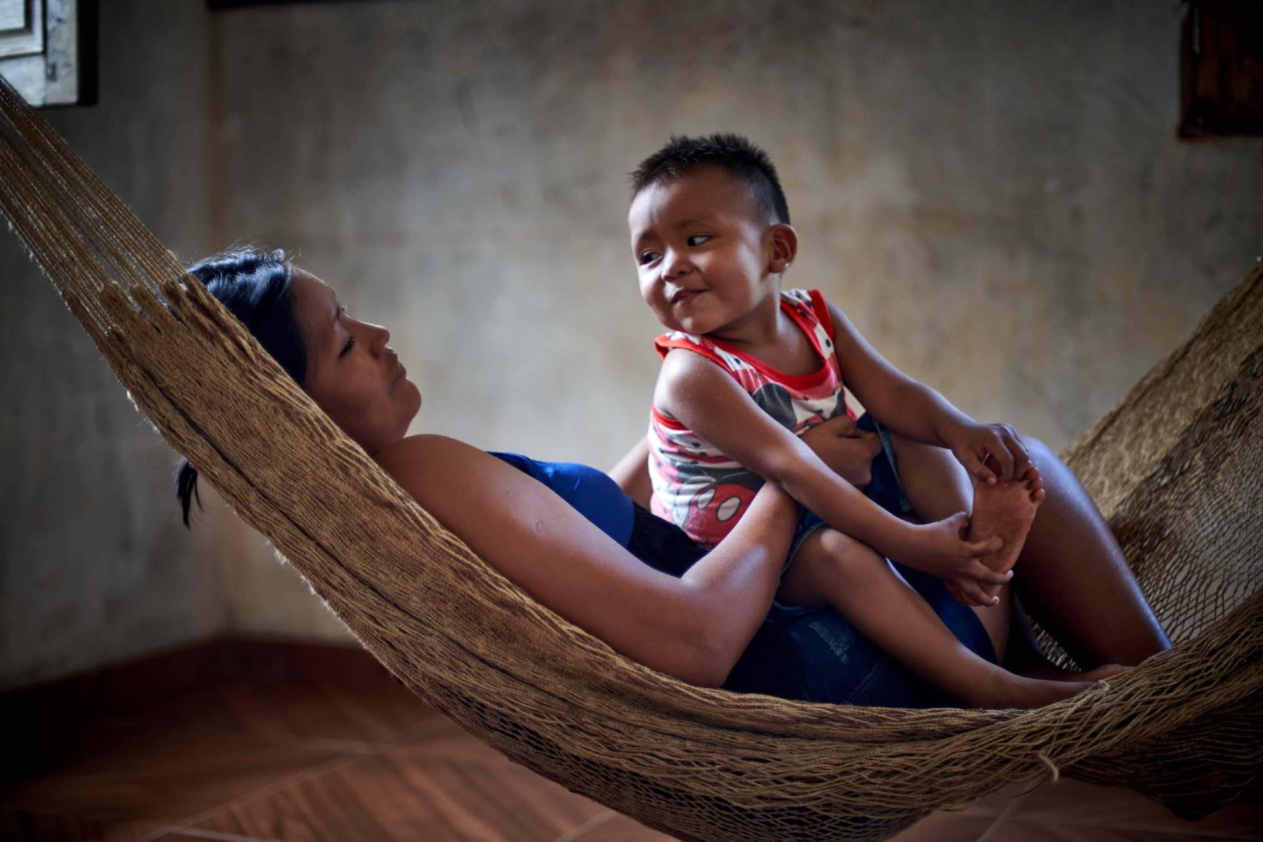 Mujer con niño en hamaca