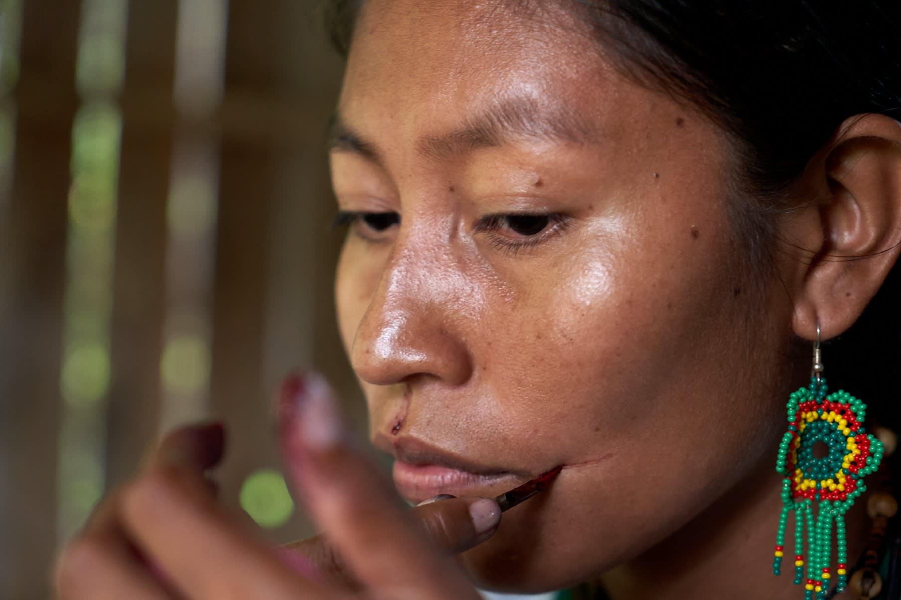 Ünãgükü Taüchina pintándose el rostro con huitillo
