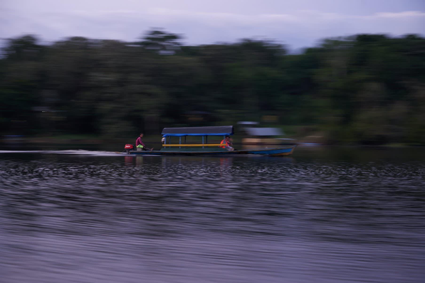 Lancha sobre río