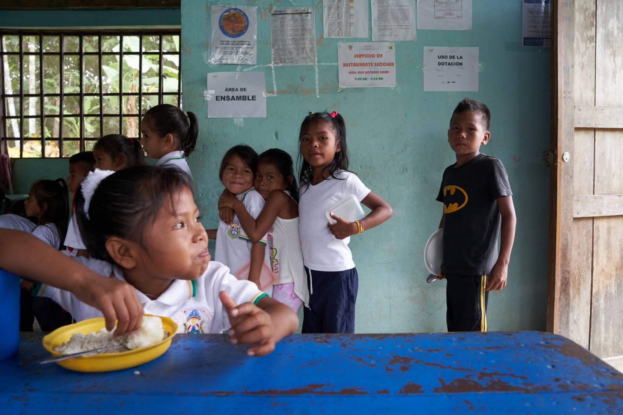 Niños indígenas Tikunas recibiendo almuerzo