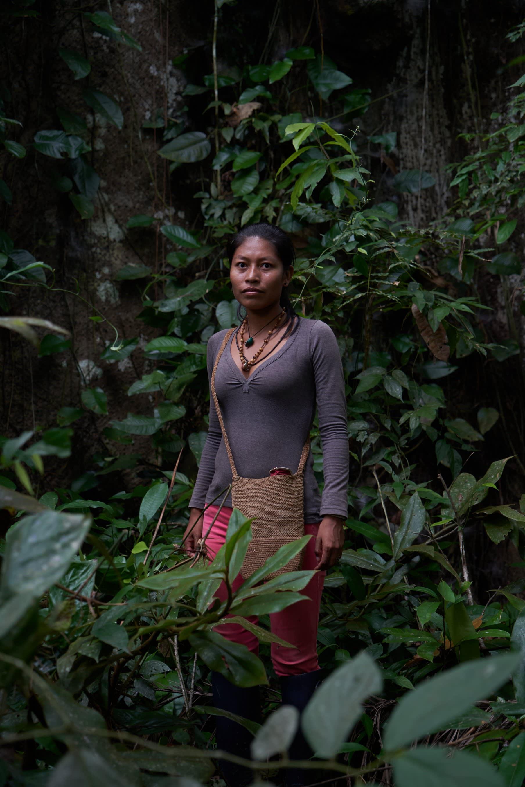 Ünãgükü Taüchina frente a un árbol de Ceiba