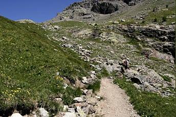 Sentier de randonnée et derrière le Lac de l'Eychauda