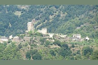 Village vu depuis la promontoire numéro 1, en face de la Cascade du Saut du Chien, de l'autre côté du Lot