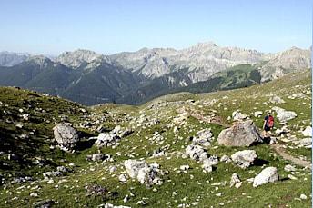 Randonneur sur le sentier qui redescend au Col d'Izoard