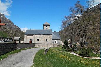On s'éloigne de l'église de Gavarnie