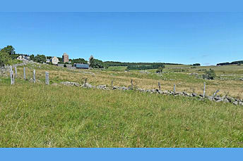 Vue du village d'Aubrac par en-dessous