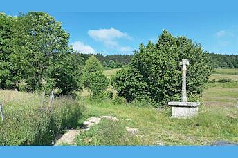 Croix en pierre bordant le chemin