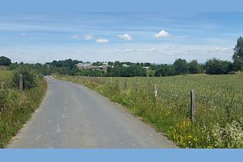 Route qui ramène au hameau