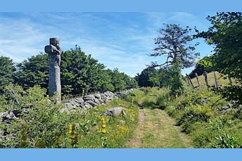 Croix en pierre sur le chemin