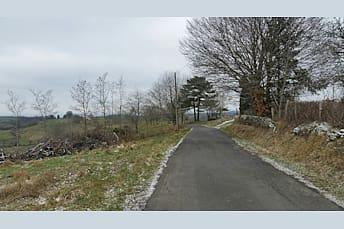Sur la petite route derrière le village