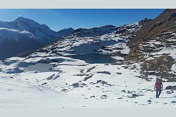 La montée au col au-dessus des lacs Verdet