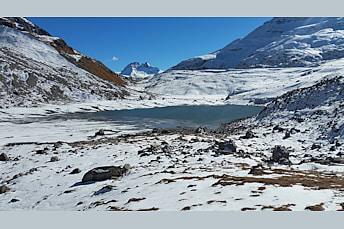 Lac non loin du refuge du col