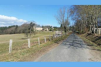 La petite route qui passe près du château