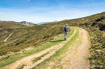 La piste descend jusqu'au col de Soum
