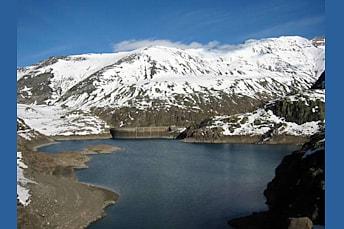 Lac des Gloriettes et sommets enneigés