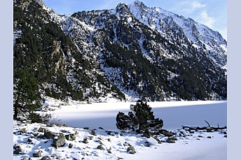 Lac de Gaube avec beaucoup de neige
