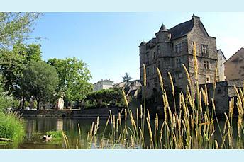Le Vieux Palais d'Espalion, sur les rives du Lot