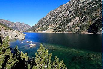 Sur le sentier qui longe le lac de Gaube