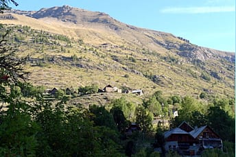 Hameau de Dormillouse, au dessus du départ de la randonnée aux lacs Palluel et Faravel
