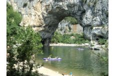 Faire du canoë-kayak dans les gorges de l'Ardèche
