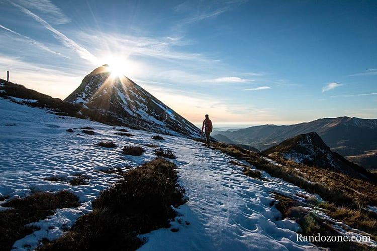 Randonnéeen dans la neige dans le Massif Central