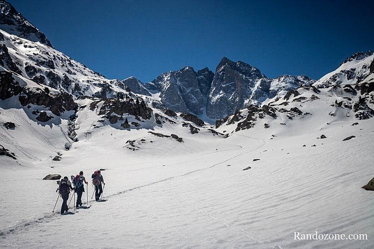 Randonnée dans la neige vers le refuge des Oulettes de Gaube