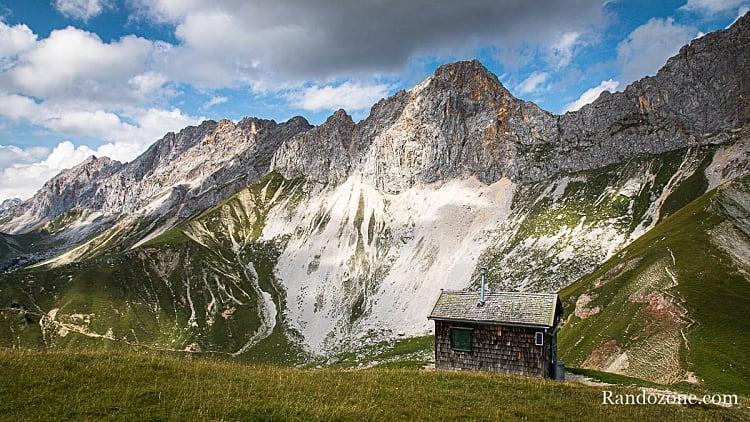 Sommets et petite maison en bois lors d'une randonnée dans le Tyrol
