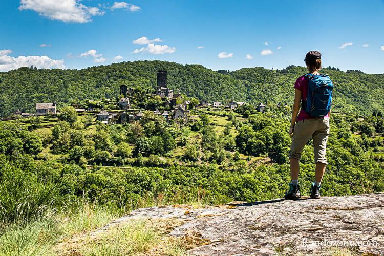Replat qui offre un superbe panorama sur le château de Valon