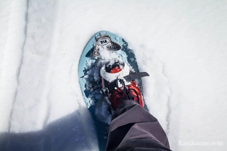 Raquettes à neige avec chaussures de randonnée classiques